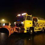 Aproape 300 de tone de material antiderapant, răspândite pe drumurile din vestul ţării