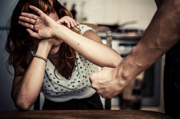Tot mai multe femei cer protecție împotriva soţilor bătăuşi