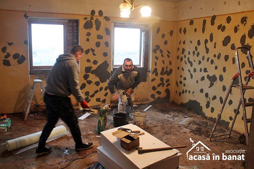 """Asociaţia """"Acasă în Banat"""" a mobilizat zeci de voluntari, care au renovat o casă părăsită din Timiş pentru o mamă cu 8 copii"""
