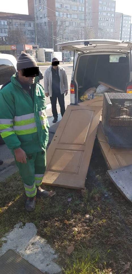 Doi angajați ai Retim, surprinși când aruncau deșeuri cu mașina în zona Dâmbovița