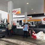 Coadă de 1,5 km la singura benzinărie din Lugoj care dispune de generator