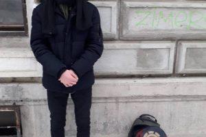 Un tânăr e bun de plată după ce a fost surprins de polițiștii locali în timp ce desena cu graffiti pe pereții unei clădiri