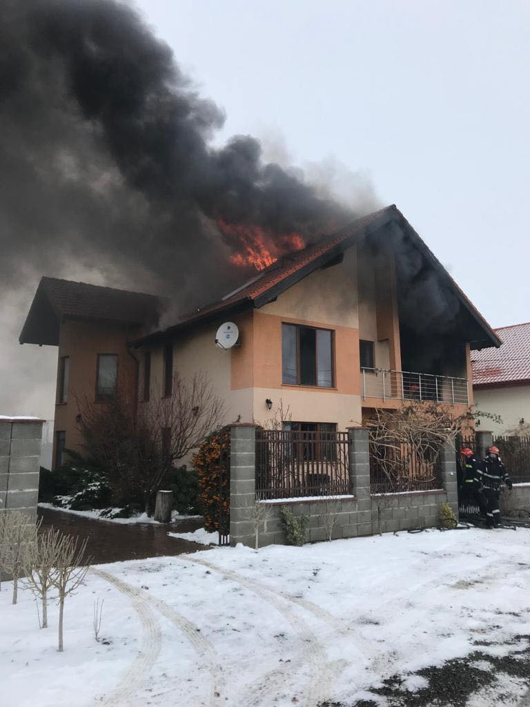 VIDEO/Incendiu violent la o vilă din Săcălaz