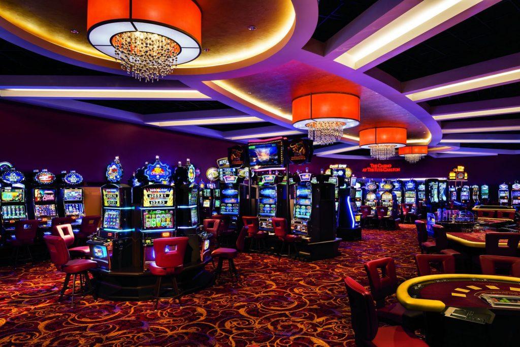 VIDEO/Angajata unui casino băgată în spital de un hoț