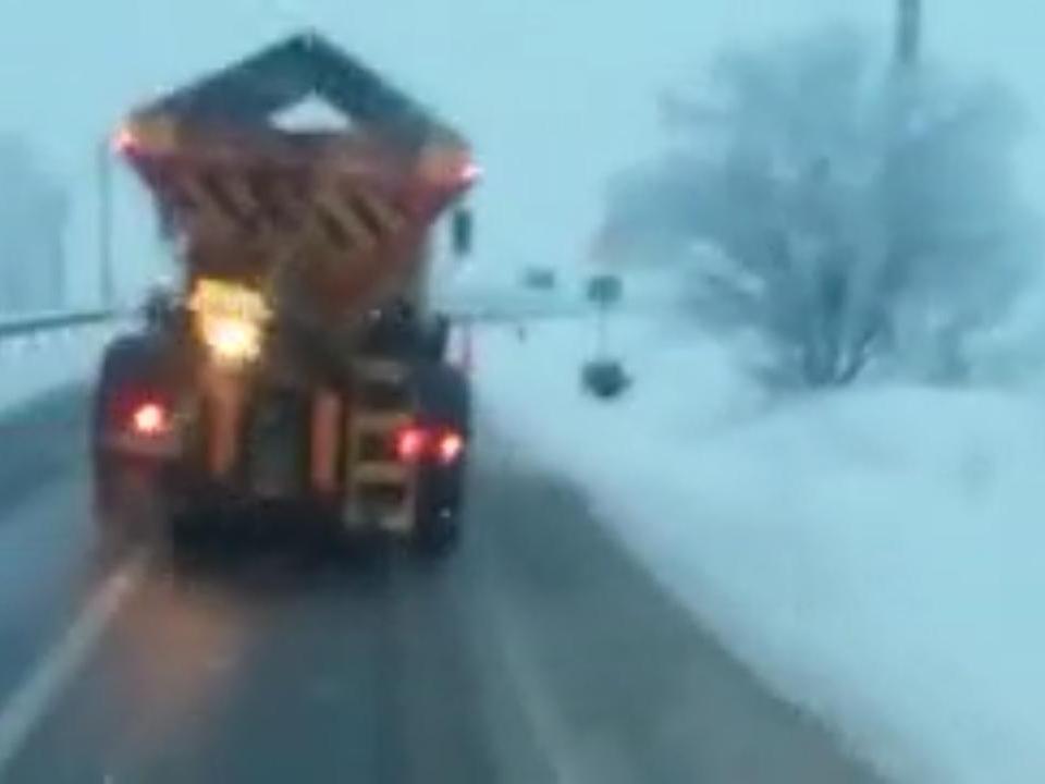 Se circulă în condiţii de iarnă în vestul ţării
