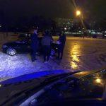 Opt tineri, amendaţi pentru că făceau drifturi pe zăpadă la stadion