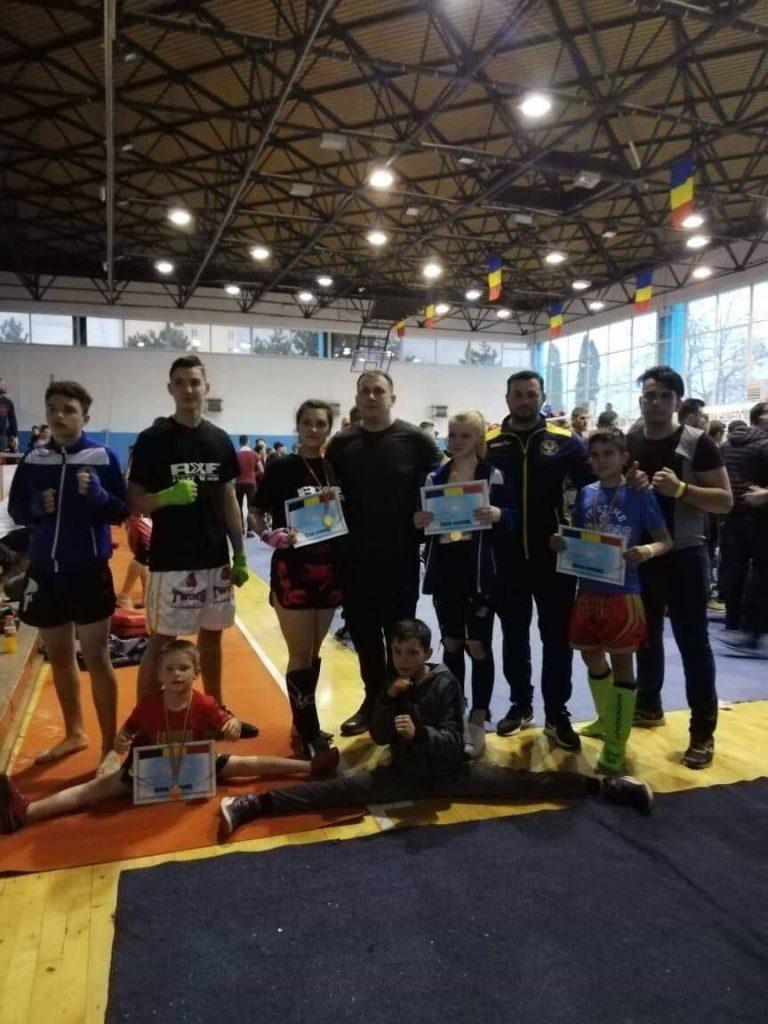 Sportivii Clubului Phoenix Buziaş, competiţie de kick-boxing la Deva