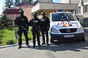 Percheziții la Serviciul Permise, la locuințele unor polițiști și instructori auto, făcute de DGA