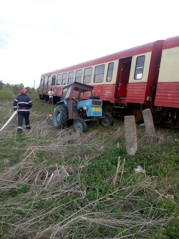 Un tren a lovit un tractor la Dudeștii Vechi