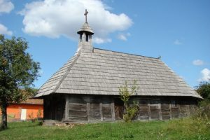 Ambulanța pentru Monumente vrea să renoveze biserica din lemn din Dragomirești. Se caută voluntari