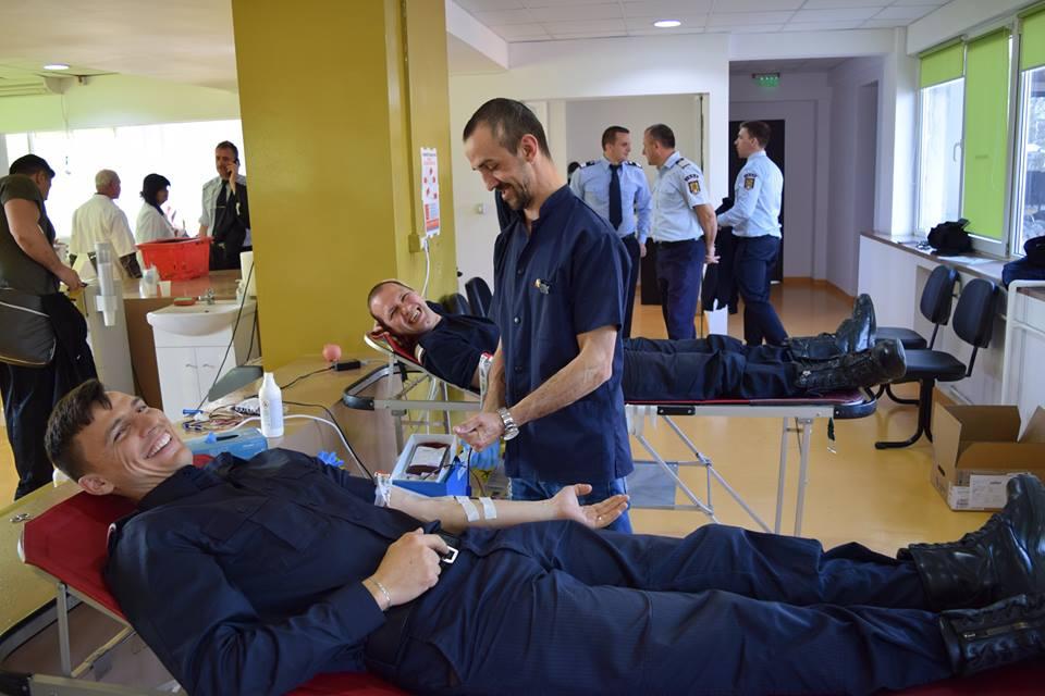 Gest de mare omenie. Pompierii au donat sânge