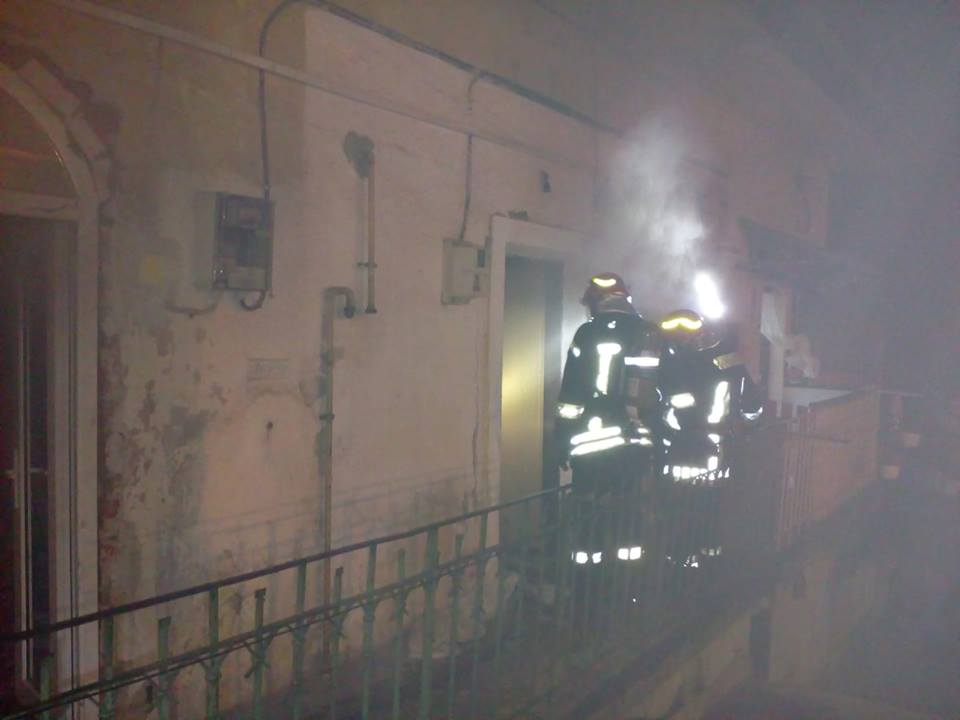 Incendiu la o anexă pe strada Odobescu. Focul a cuprins şi acoperişul DRDP