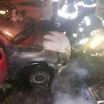 Autoturisme arse în urma unui incendiu ce a cuprins un morman de gunoi depozitat pe stradă