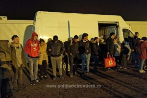 16 migranţi ascunși într-o autoutilitară, depistaţi la Nădlac