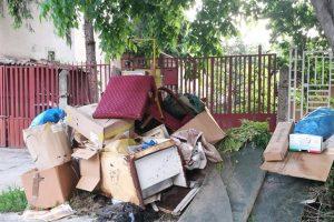A început curăţenia de primăvară. Amenzi mari pentru cei care scot gunoiul pe străzi după ce trec maşinile de salubrizare