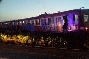 Un microbuz plin de oameni a fost lovit de tren, în Timiș