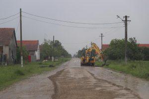 Ultimul centru de comună din Timiş fără asfalt scapă de drumul de piatră