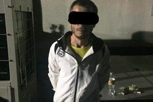 Un bărbat care stătea pe jos le-a atras atenţia agenţilor. Cine s-a dovedit a fi