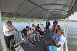 Turiştii care ajung în zona Lacului Surduc se pot plimba cu un catamaran