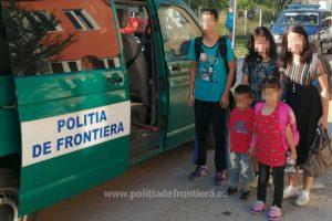 O familie de chinezi, călăuzită de un alt membru de familie, oprită la frontiera cu Serbia