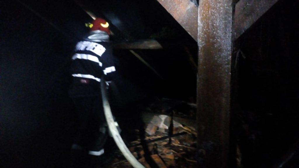Acoperişul unei şcoli din Timiş a luat foc din cauza unui trăsnet