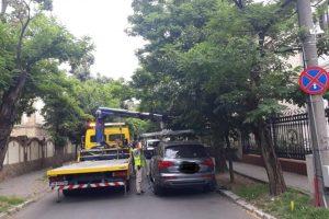 Poliţia Locală dă mii de amenzi şi ridică maşini, şoferii tot unde vor ei parchează
