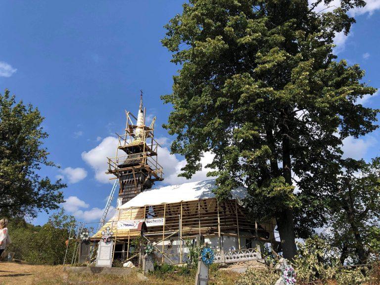 Prințul Charles plăteşte reparația unei biserici de lemn din județul Arad