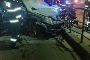 Un şofer băut din Arad a intrat în stația de tramvai, apoi mașina a luat foc