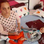 O familie cere ajutor pentru a-și ține copilul în viață