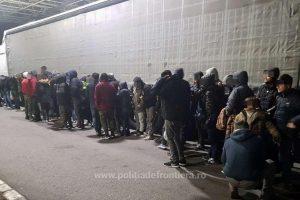48 de migranţi, descoperiți ascunşi în remorca unui automarfar la Nădlac