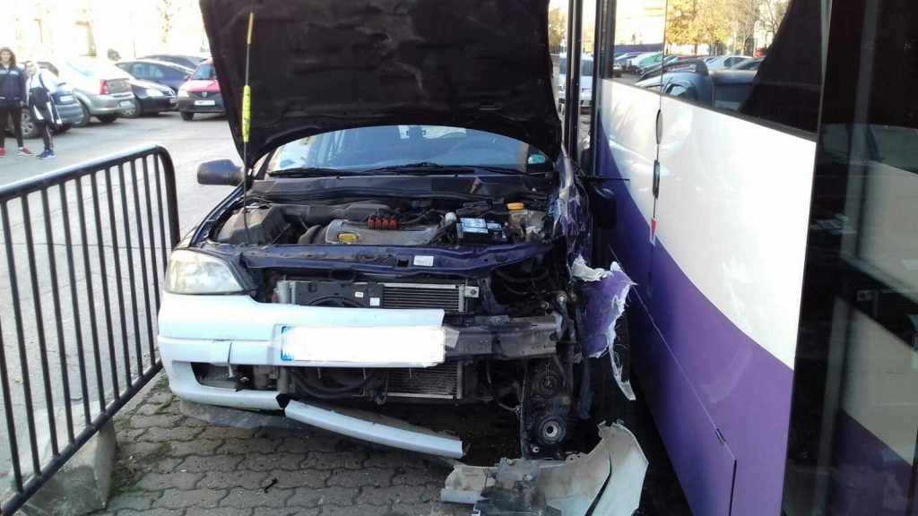 O maşină a intrat într-un tramvai. O pasageră din mijlocul de transport a ajuns la spital