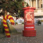 Moş Crăciun primeşte scrisori în cutia pe care a lăsat-o lângă bradul din Piaţa Victoriei