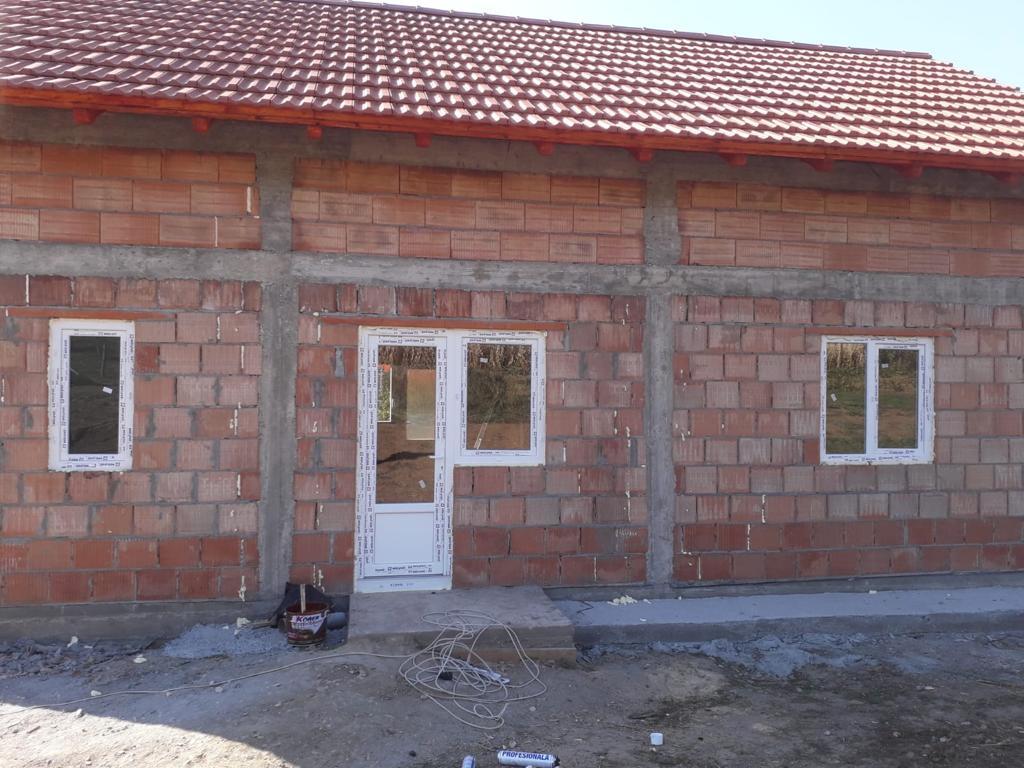 Parohia Iosefin a ridicat o casă pentru o familie cu șase copii într-un sat din Timiş