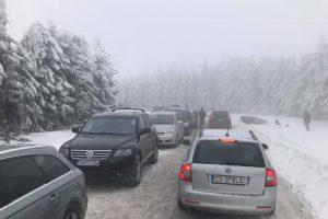 Drum închis spre Muntele Mic. Cod roșu în zona montană din Caraș-Severin și Hunedoara