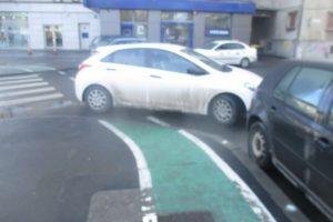 Zeci de şoferi amendaţi pentru că au parcat pe pistele de biciclete