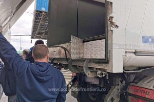 Peste 35.000 de pachete cu ţigări de contrabandă, descoperite la Nădlac