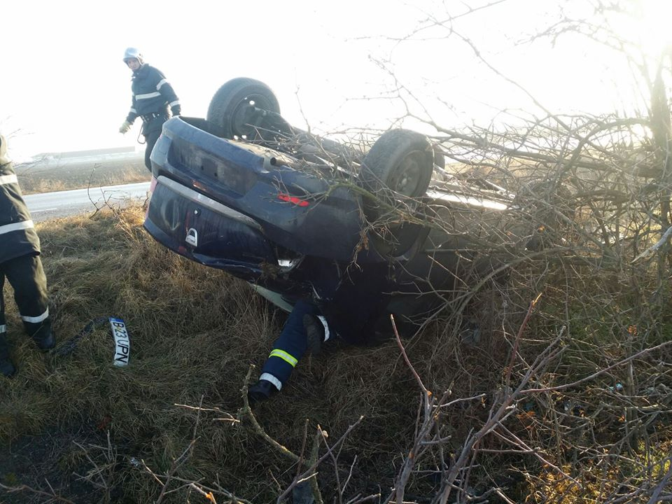 O femeie s-a răsturnat cu mașina în apropiere de Tomnatic