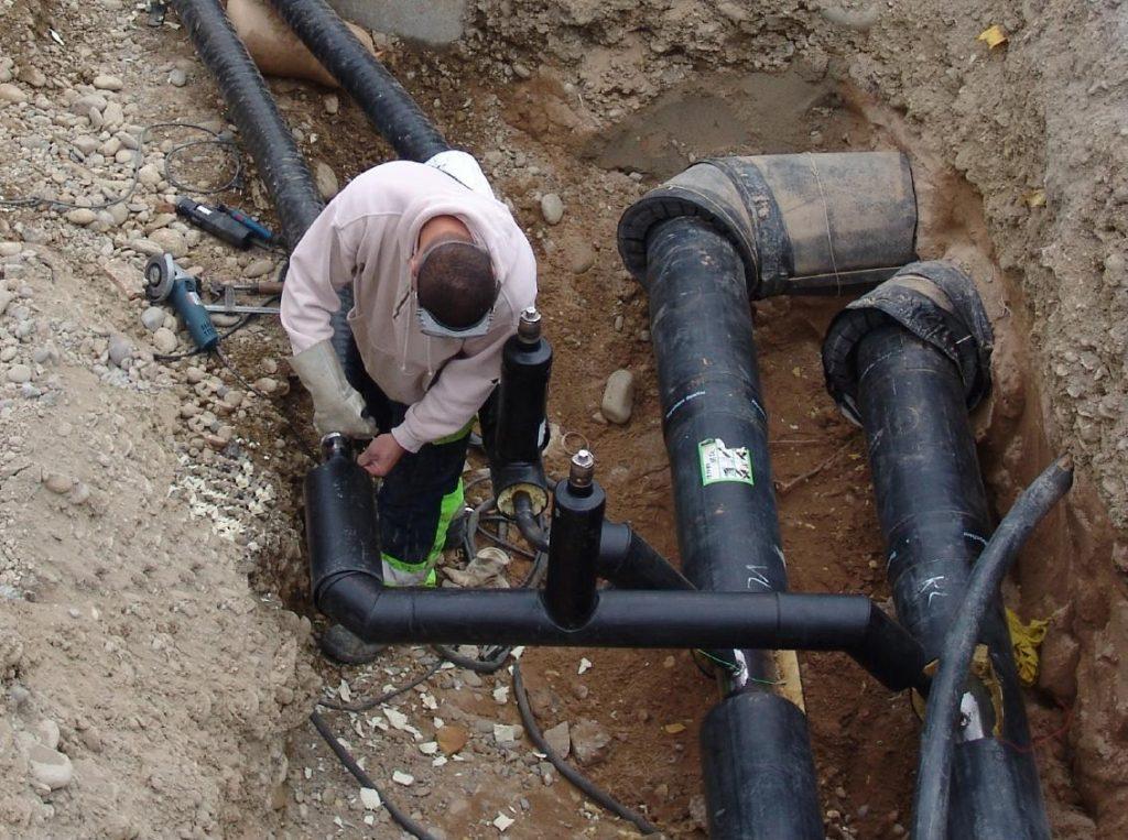 Avarie a lucrărilor efectuate de Hidroconstrucţia pe strada Caen din Reșița