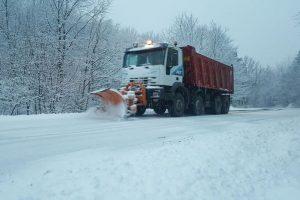 Trafic îngreunat. Se circulă în condiţii de iarnă, în județul Caraş-Severin