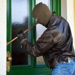 Trei tineri care au furat dintr-o casă, depistaţi de poliţişti