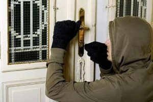 Imobil de pe Brâncoveanu vizitat de un hoţ de mai multe ori. Paguba: 5.500 de euro