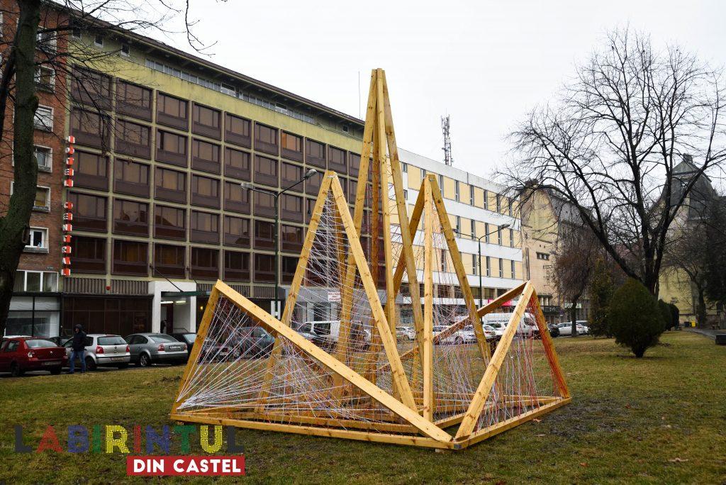 Instalație string art de mari dimensiuni în centrul Timișoarei