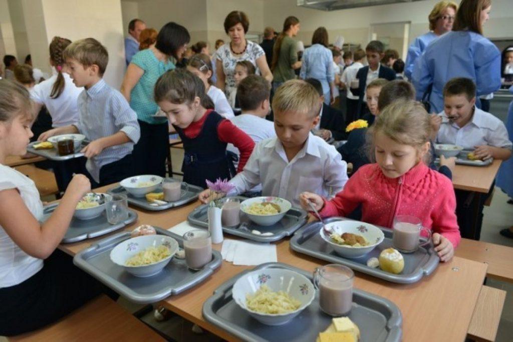 Masă caldă pentru elevii și prescolarii din Timiș