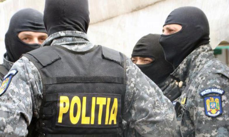 Zeci de membri ai grupării infracționale specializate în trafic de droguri, duși în arest
