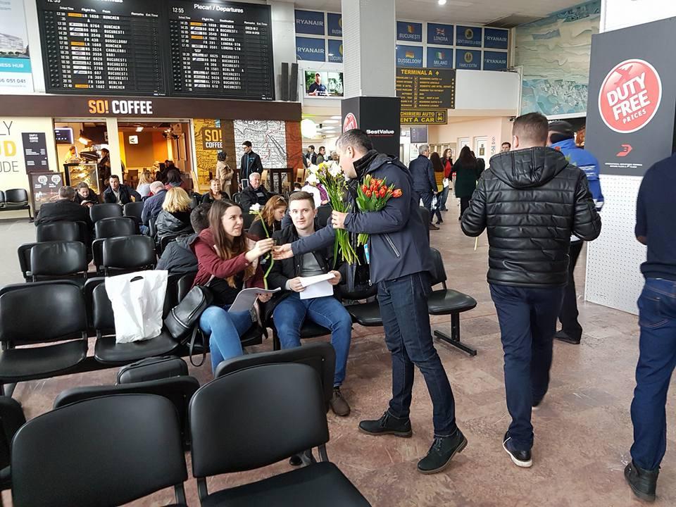 Pasagerele, întâmpinate cu flori în aeroport