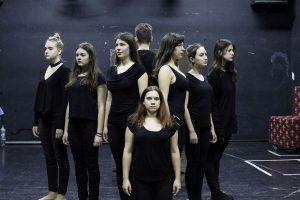 Elevii joacă pe scena Teatrului German din Timișoara