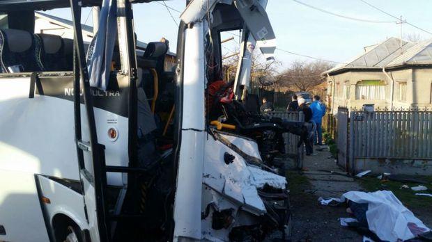 Accident grav pe DN1, între un microbuz cu pasageri și un autocamion. Două persoane au murit