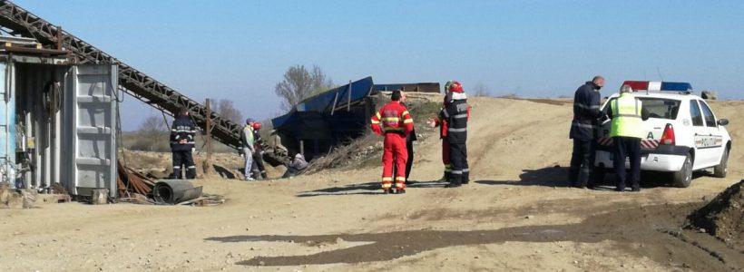 Accident de muncă mortal în Arad. Un bărbat şi-a prins capul într-o bandă transportoare