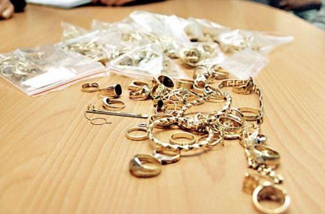 Cum au profitat trei hoți de bijuterii de neatenția vânzătorilor