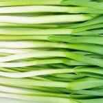 Ceapa și usturoiul verde, obligatorii în salate. Ce beneficii au asupra organismului